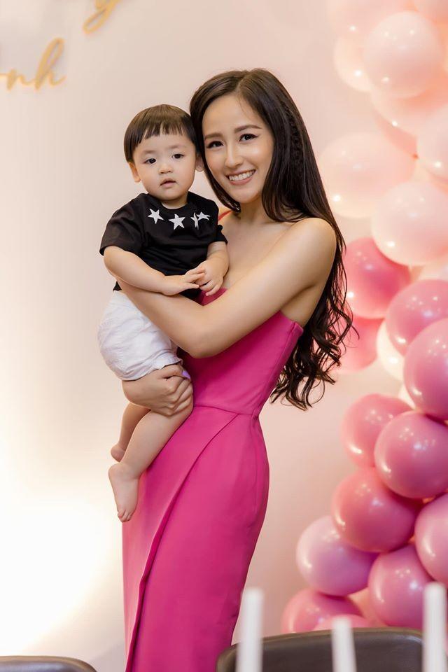 Mai Phương Thuý mặc váy trễ ngực sexy, hội ngộ dàn 'bông hậu' ở tiệc sinh nhật Tú Anh ảnh 3