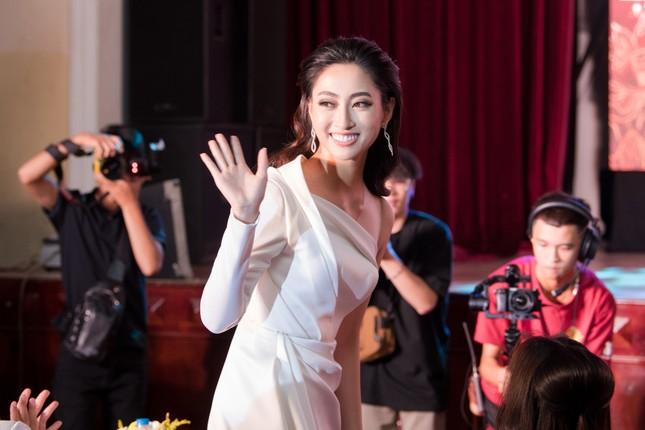 Lương Thuỳ Linh diện váy xẻ táo bạo khoe chân dài 1m22 khi ngồi ghế giám khảo ảnh 4