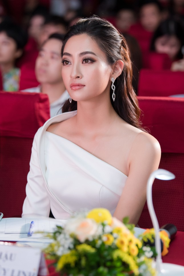 Lương Thuỳ Linh diện váy xẻ táo bạo khoe chân dài 1m22 khi ngồi ghế giám khảo ảnh 5