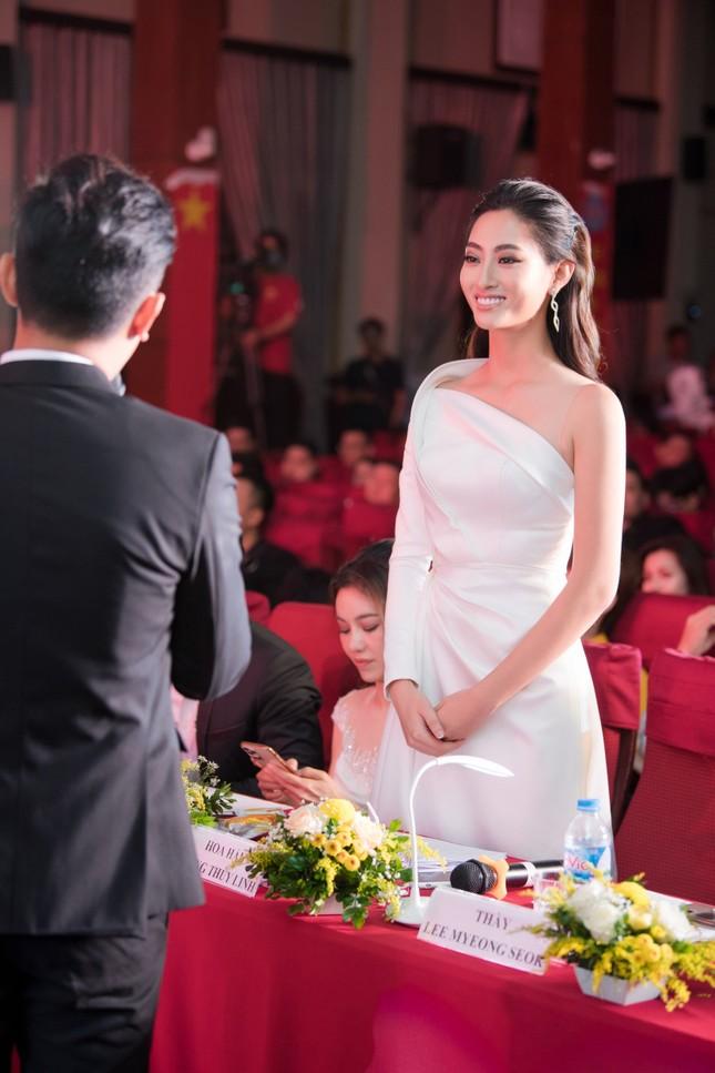 Lương Thuỳ Linh diện váy xẻ táo bạo khoe chân dài 1m22 khi ngồi ghế giám khảo ảnh 6