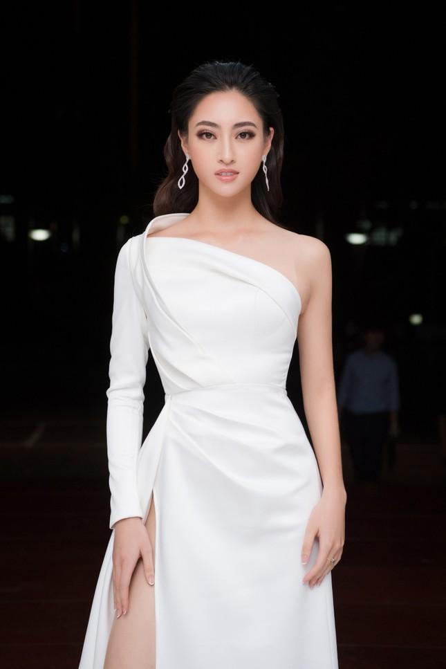 Lương Thuỳ Linh diện váy xẻ táo bạo khoe chân dài 1m22 khi ngồi ghế giám khảo ảnh 2