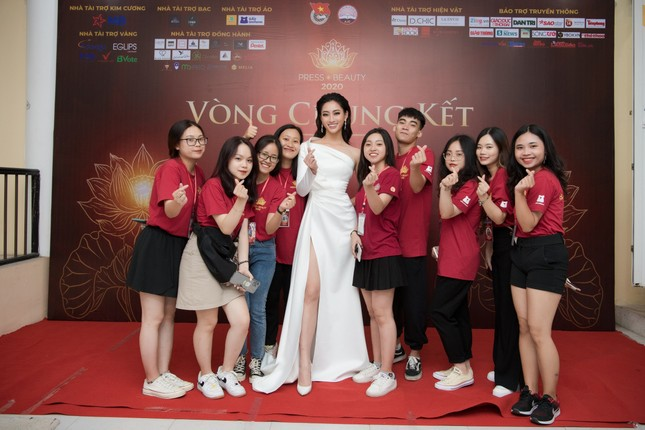 Lương Thuỳ Linh diện váy xẻ táo bạo khoe chân dài 1m22 khi ngồi ghế giám khảo ảnh 3