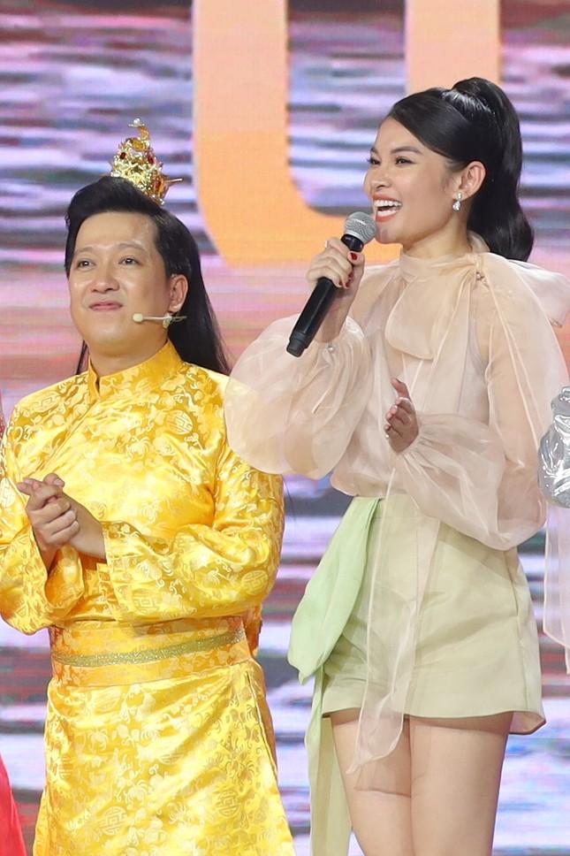 Á hậu Thuỳ Dung khoe chân dài quyến rũ, đọ sắc bên H'Hen Niê và Khánh Vân ảnh 2