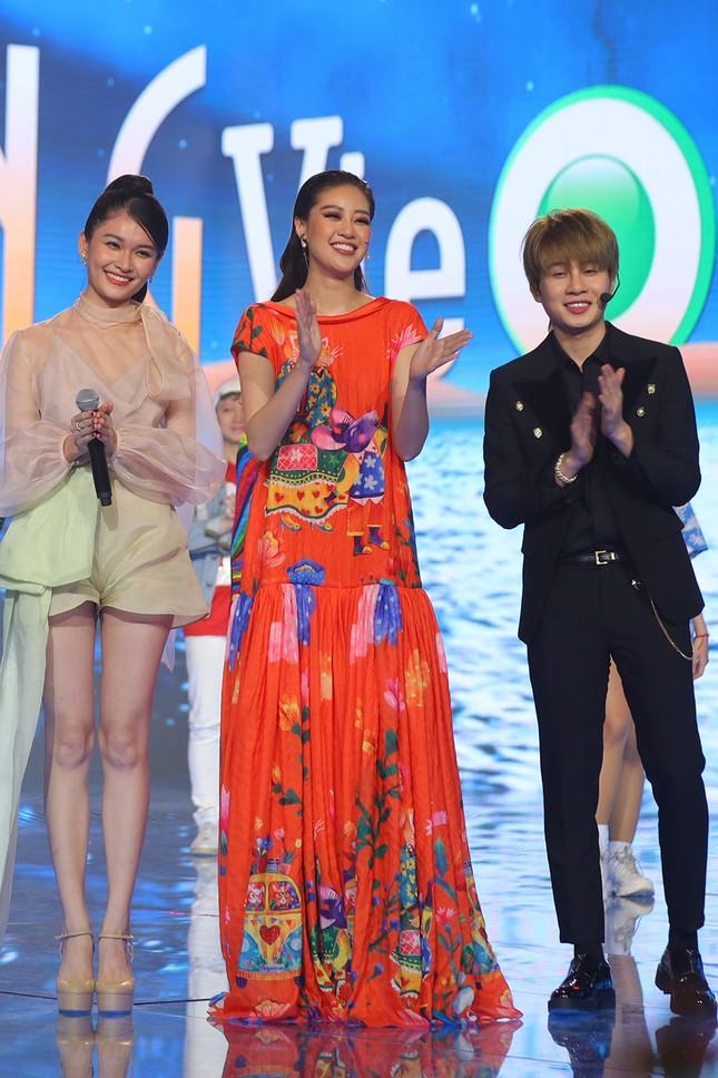 Á hậu Thuỳ Dung khoe chân dài quyến rũ, đọ sắc bên H'Hen Niê và Khánh Vân ảnh 11