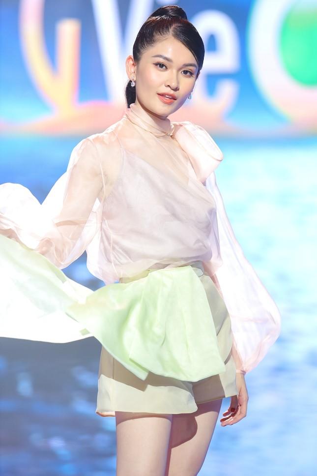 Á hậu Thuỳ Dung khoe chân dài quyến rũ, đọ sắc bên H'Hen Niê và Khánh Vân ảnh 7