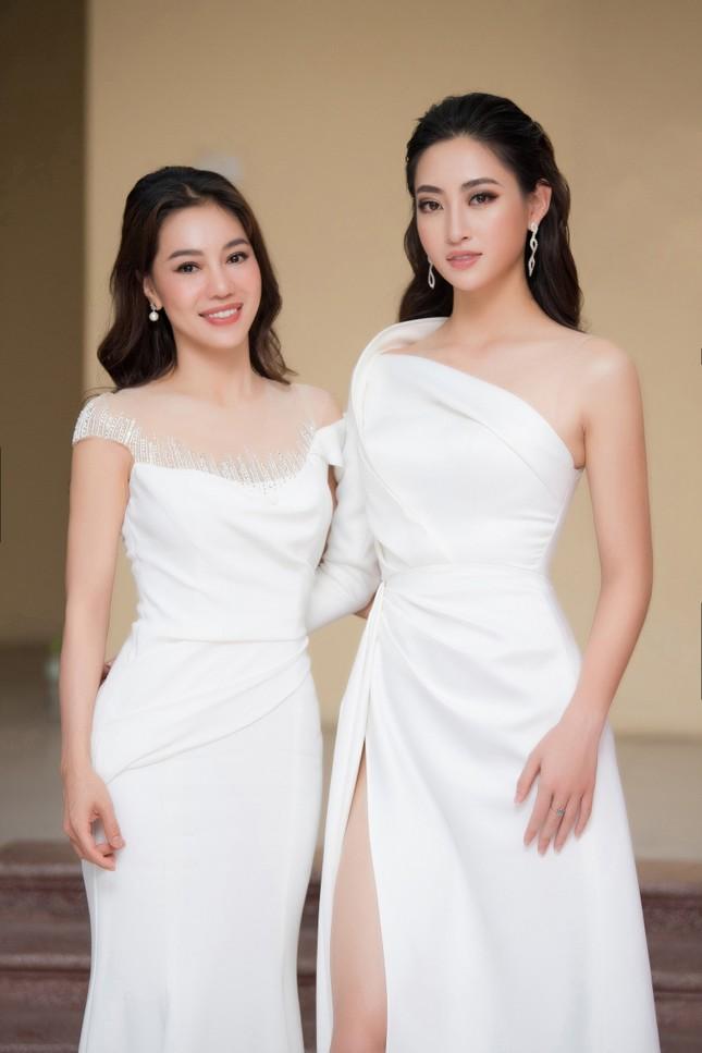 Lương Thuỳ Linh diện váy xẻ táo bạo khoe chân dài 1m22 khi ngồi ghế giám khảo ảnh 8