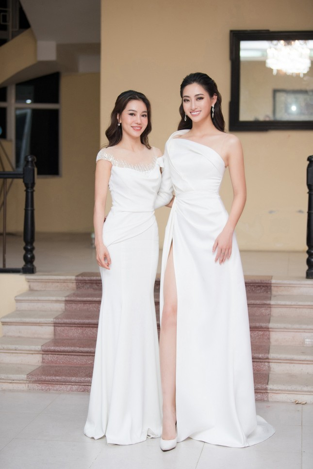 Lương Thuỳ Linh diện váy xẻ táo bạo khoe chân dài 1m22 khi ngồi ghế giám khảo ảnh 9