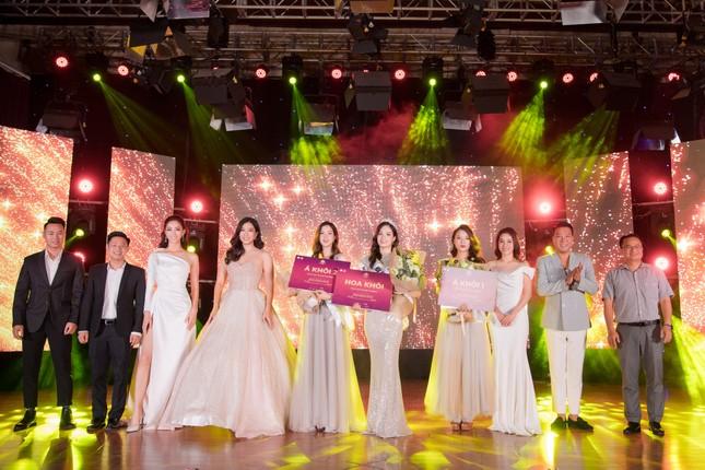 Lương Thuỳ Linh diện váy xẻ táo bạo khoe chân dài 1m22 khi ngồi ghế giám khảo ảnh 12
