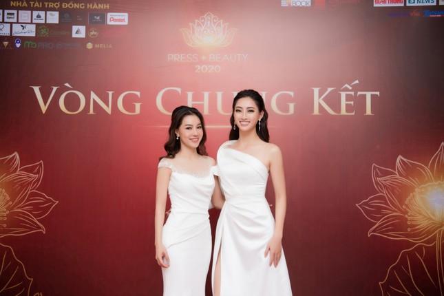 Lương Thuỳ Linh diện váy xẻ táo bạo khoe chân dài 1m22 khi ngồi ghế giám khảo ảnh 7