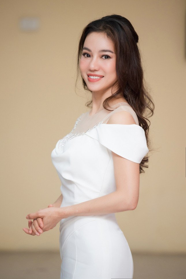 Lương Thuỳ Linh diện váy xẻ táo bạo khoe chân dài 1m22 khi ngồi ghế giám khảo ảnh 10