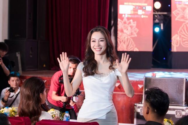Lương Thuỳ Linh diện váy xẻ táo bạo khoe chân dài 1m22 khi ngồi ghế giám khảo ảnh 11