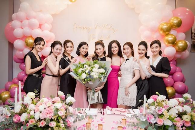 Hoa hậu Diễm Hương diện váy xẻ ngực sâu nóng bỏng ảnh 4