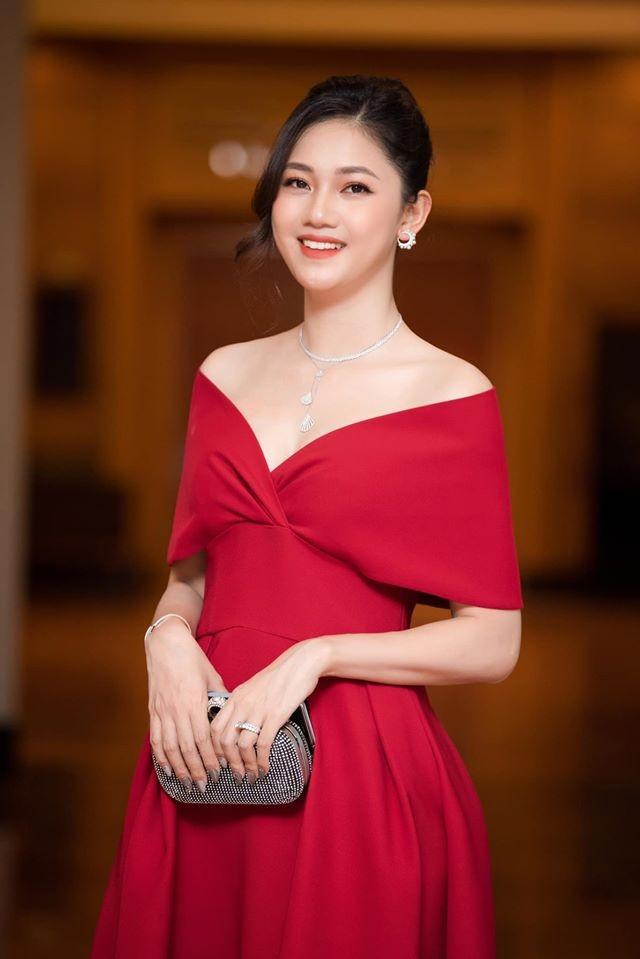 Hoa hậu Diễm Hương diện váy xẻ ngực sâu nóng bỏng ảnh 12