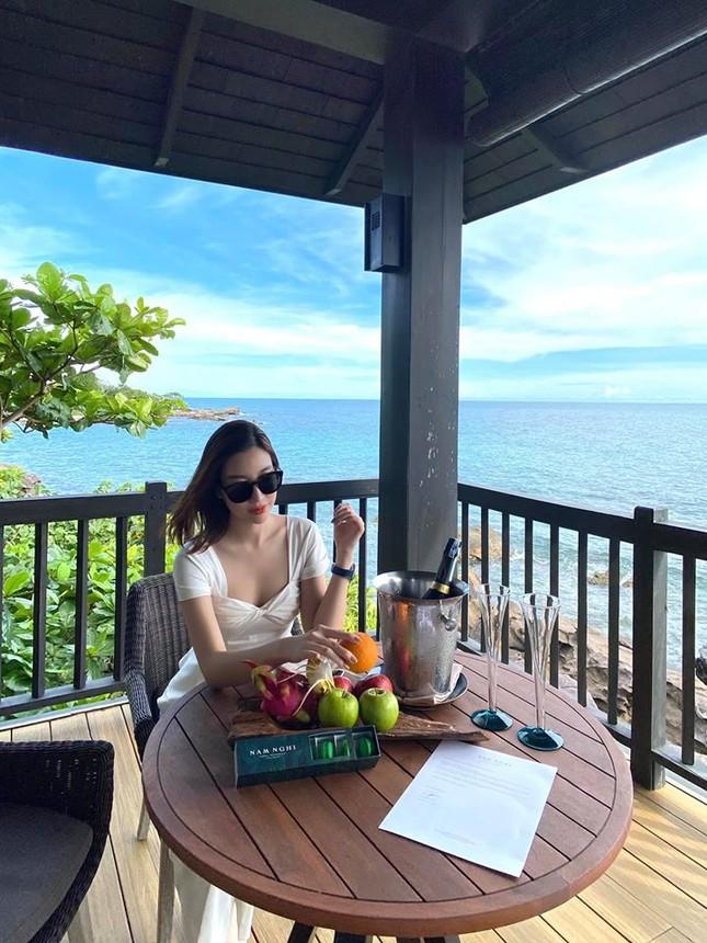 Hoa hậu Diễm Hương diện váy xẻ ngực sâu nóng bỏng ảnh 14