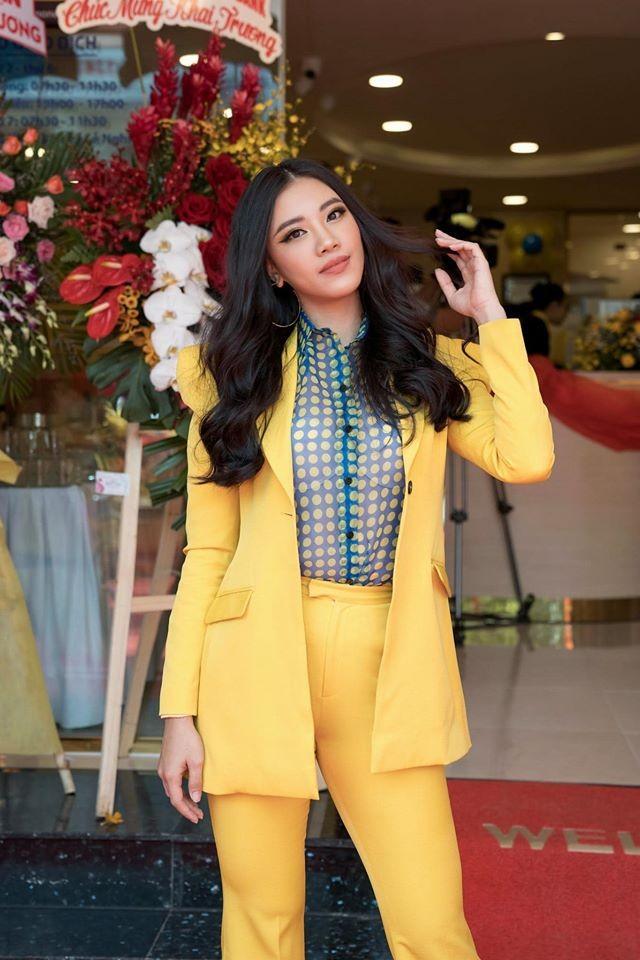Hoa hậu Diễm Hương diện váy xẻ ngực sâu nóng bỏng ảnh 3