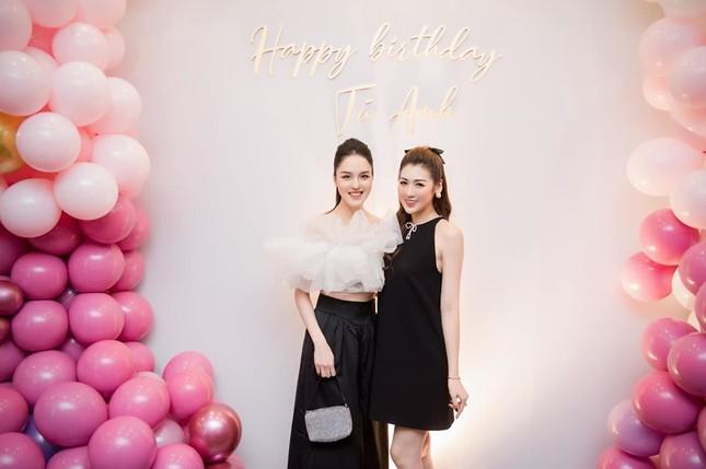 Hoa hậu Diễm Hương diện váy xẻ ngực sâu nóng bỏng ảnh 7