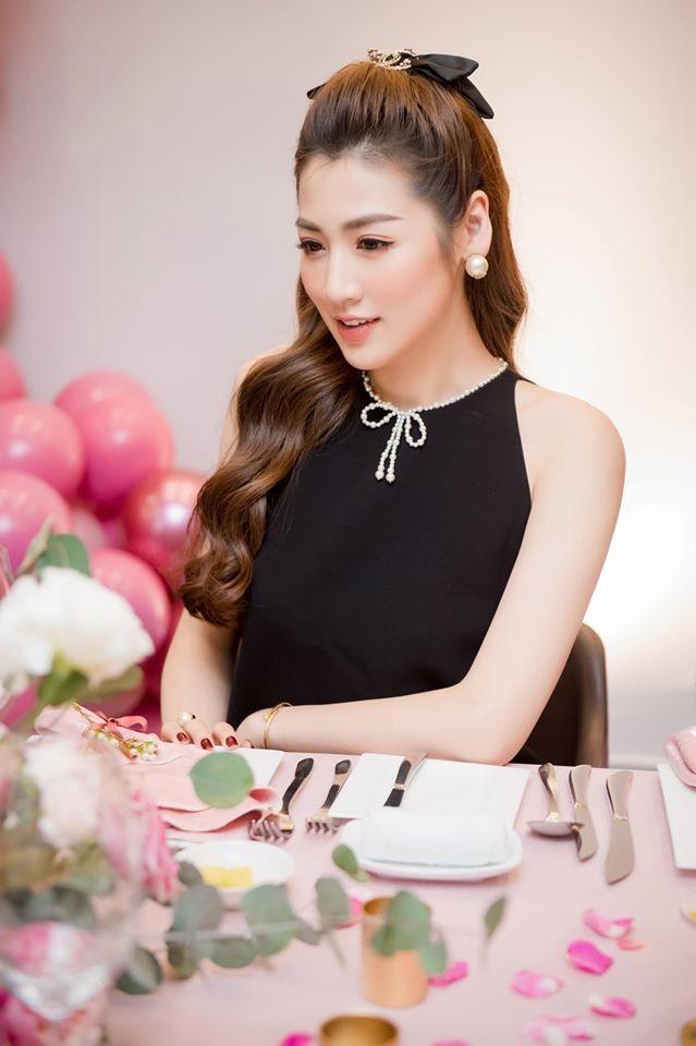 Hoa hậu Diễm Hương diện váy xẻ ngực sâu nóng bỏng ảnh 5