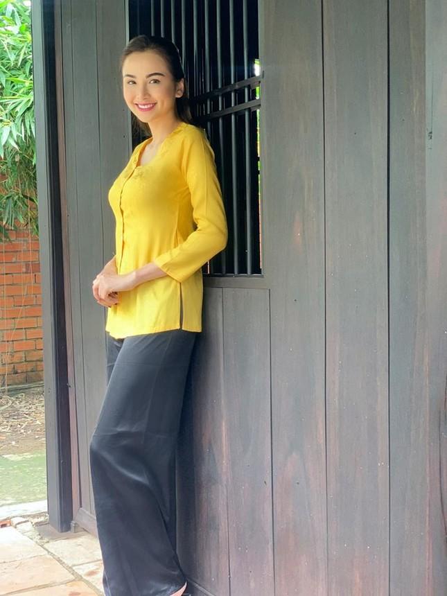 Tiểu Vy mặc khoe eo 'con kiến', Hà Kiều Anh gợi cảm không kém với váy xẻ sâu ảnh 11
