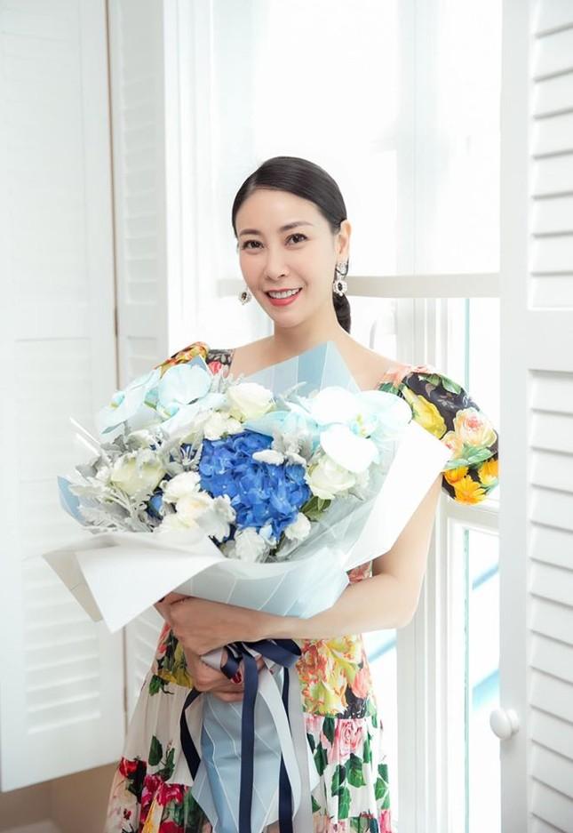 Tiểu Vy mặc khoe eo 'con kiến', Hà Kiều Anh gợi cảm không kém với váy xẻ sâu ảnh 5