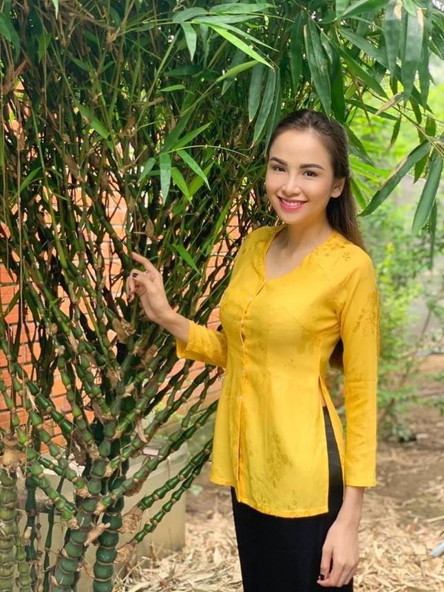 Tiểu Vy mặc khoe eo 'con kiến', Hà Kiều Anh gợi cảm không kém với váy xẻ sâu ảnh 10