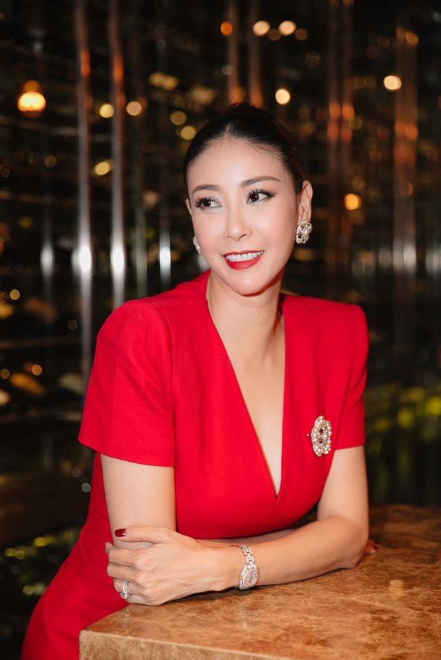 Tiểu Vy mặc khoe eo 'con kiến', Hà Kiều Anh gợi cảm không kém với váy xẻ sâu ảnh 2
