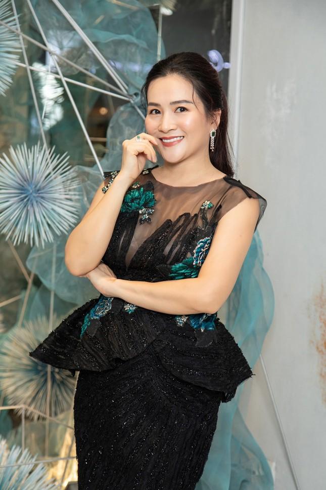 Hà Kiều Anh mặc váy khoét ngực gợi cảm, đọ sắc đàn em Tiểu Vy và Đỗ Mỹ Linh ảnh 8