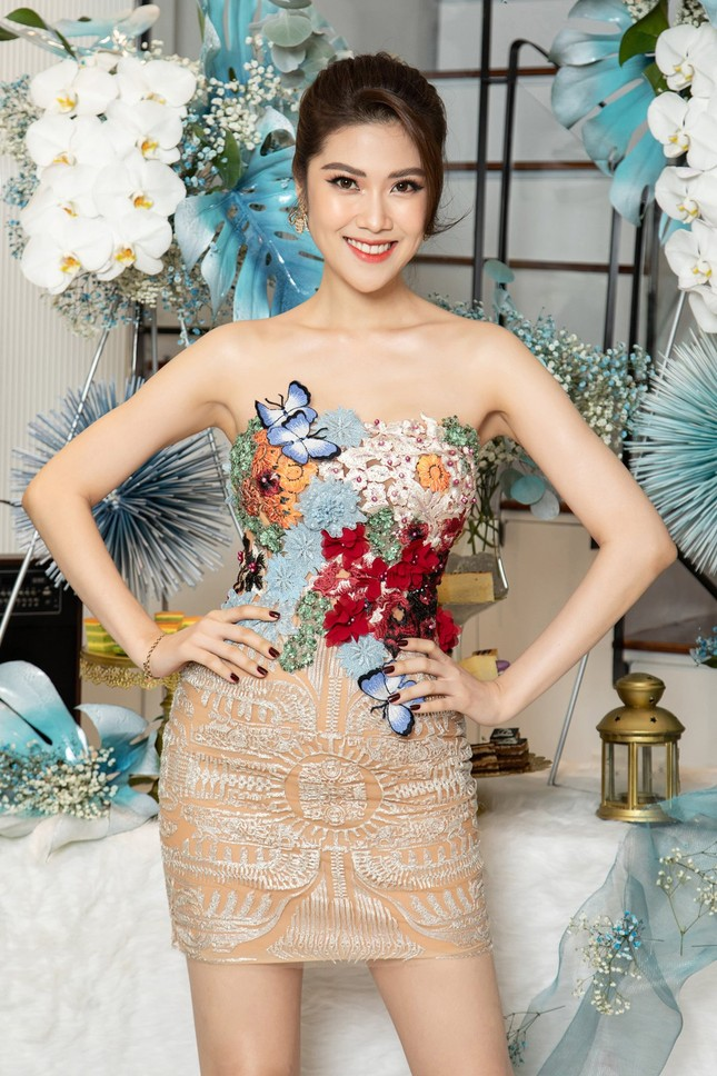 Hà Kiều Anh mặc váy khoét ngực gợi cảm, đọ sắc đàn em Tiểu Vy và Đỗ Mỹ Linh ảnh 11
