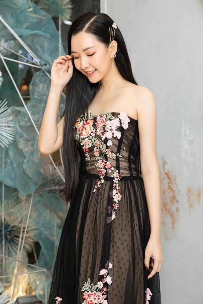Hà Kiều Anh mặc váy khoét ngực gợi cảm, đọ sắc đàn em Tiểu Vy và Đỗ Mỹ Linh ảnh 12