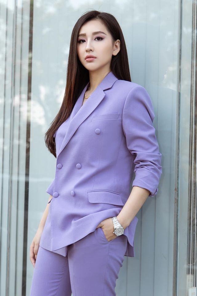 Mai Phương Thuý mặc 'kín mít' vẫn xinh đẹp, Lan Khuê nóng bỏng với áo tắm đơn sắc ảnh 2