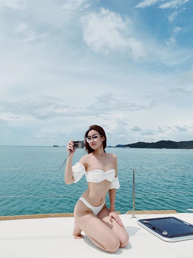 Mai Phương Thuý mặc 'kín mít' vẫn xinh đẹp, Lan Khuê nóng bỏng với áo tắm đơn sắc ảnh 10