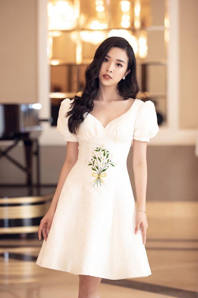 Tường San đẹp tựa 'thiên thần' với váy trắng tinh khiết, Diễm Hương nóng bỏng cùng áo tắm ảnh 6