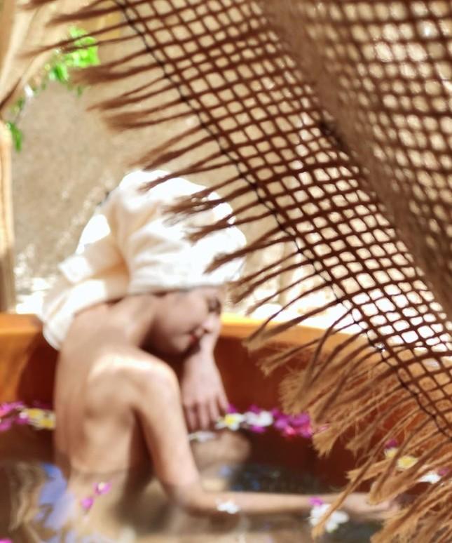 Ngọc Hân tung ảnh 'bán nude' khoe lưng trần quyến rũ ảnh 6