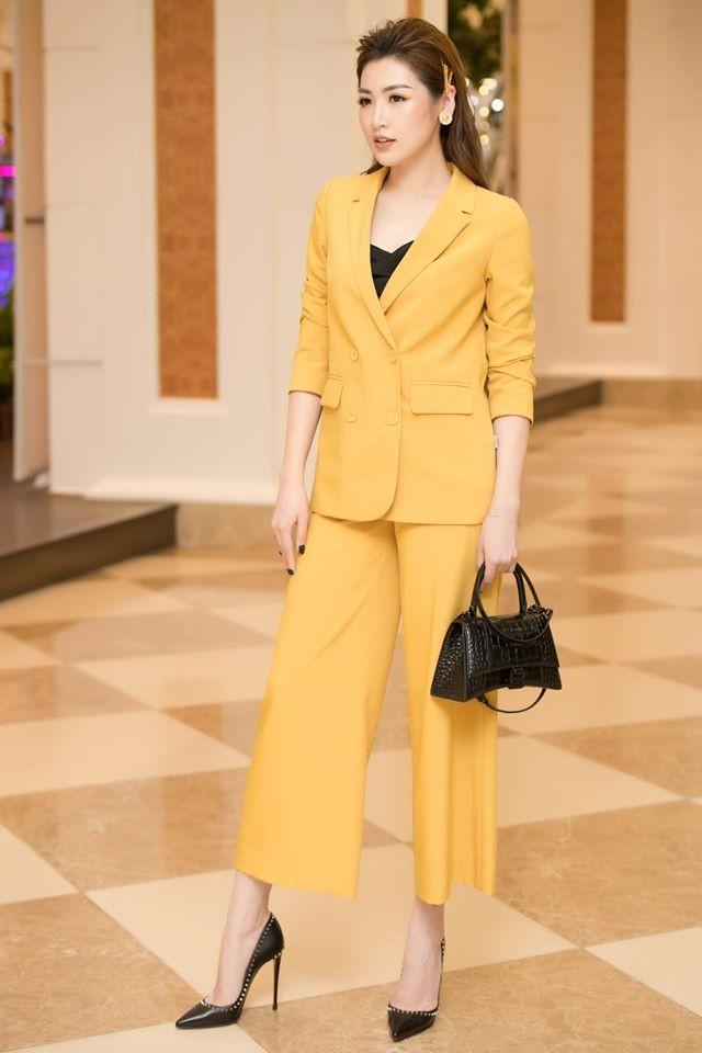 Tiểu Vy - Đỗ Mỹ Linh lăng xê mốt áo crop-top, váy cắt xẻ khoe eo 'con kiến' sexy ảnh 8