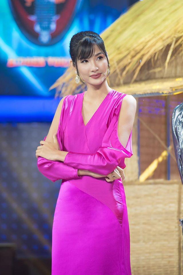 Tiểu Vy - Đỗ Mỹ Linh lăng xê mốt áo crop-top, váy cắt xẻ khoe eo 'con kiến' sexy ảnh 13