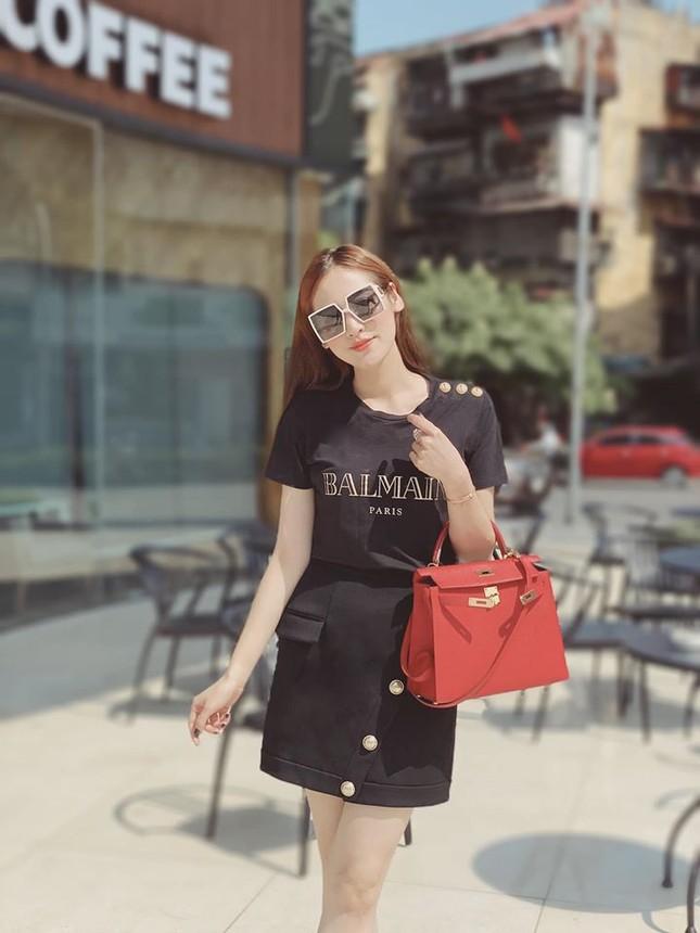 Mai Phương Thuý mặc crop-top khoe eo thon sexy, Tú Anh sành điệu với cây đồ hiệu ảnh 2