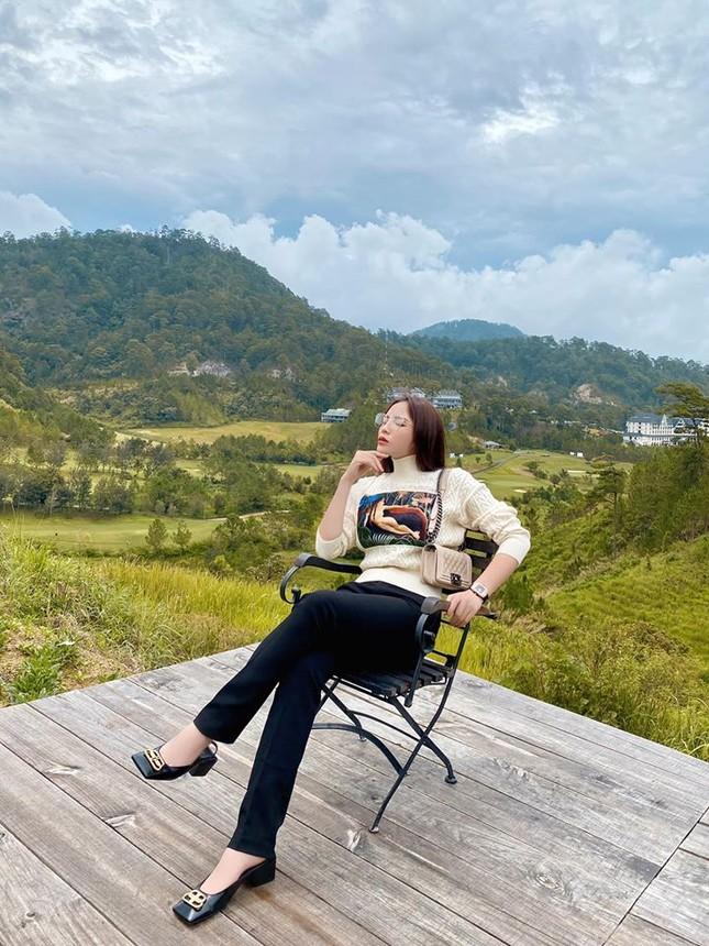 Mai Phương Thuý mặc crop-top khoe eo thon sexy, Tú Anh sành điệu với cây đồ hiệu ảnh 10