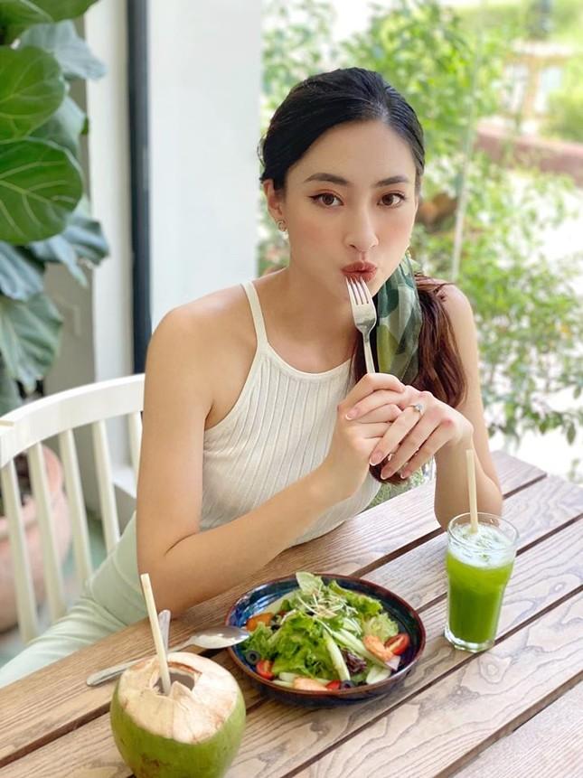 Tiểu Vy - Đỗ Mỹ Linh lăng xê mốt áo crop-top, váy cắt xẻ khoe eo 'con kiến' sexy ảnh 6