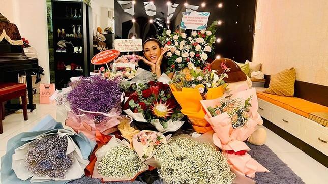 Mai Phương Thuý mặc crop-top khoe eo thon sexy, Tú Anh sành điệu với cây đồ hiệu ảnh 12