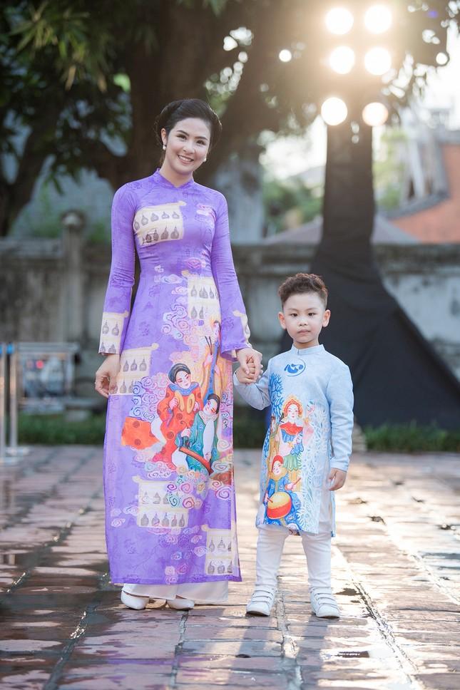 Chồng chưa cưới hiếm hoi lộ diện, tháp tùng Hoa hậu Ngọc Hân đi diễn áo dài ảnh 2