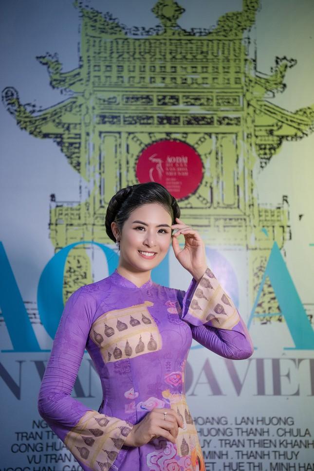 Mai Phương Thuý mặc crop-top khoe eo thon sexy, Tú Anh sành điệu với cây đồ hiệu ảnh 7