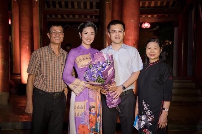 Chồng chưa cưới hiếm hoi lộ diện, tháp tùng Hoa hậu Ngọc Hân đi diễn áo dài ảnh 6