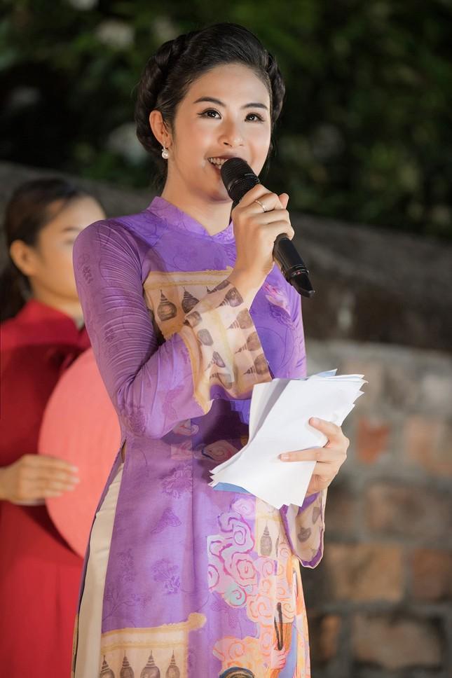 Chồng chưa cưới hiếm hoi lộ diện, tháp tùng Hoa hậu Ngọc Hân đi diễn áo dài ảnh 11