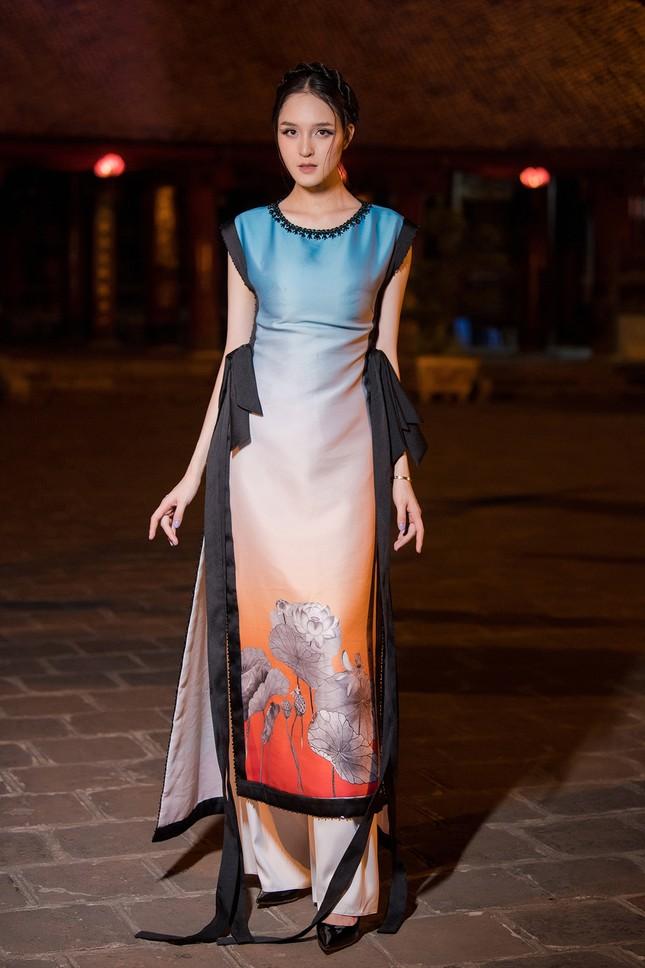 Tái xuất sàn catwalk sau nhiều năm, Á hậu Hoàng Anh đẹp mong manh tựa 'thần tiên tỷ tỷ' ảnh 7