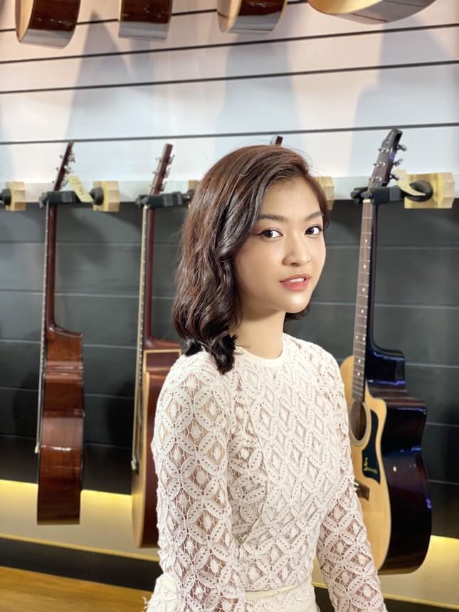 Á hậu Kiều Loan tái xuất làm MC, trổ tài ca hát bên 'trai đẹp' Thuận Nguyễn ảnh 3