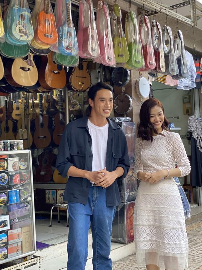 Á hậu Kiều Loan tái xuất làm MC, trổ tài ca hát bên 'trai đẹp' Thuận Nguyễn ảnh 2