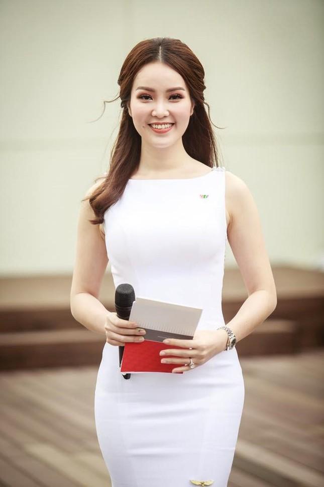 Á hậu Thuỵ Vân: Từ MC đình đám của VTV đến giám khảo Hoa hậu Việt Nam 2020 ảnh 3