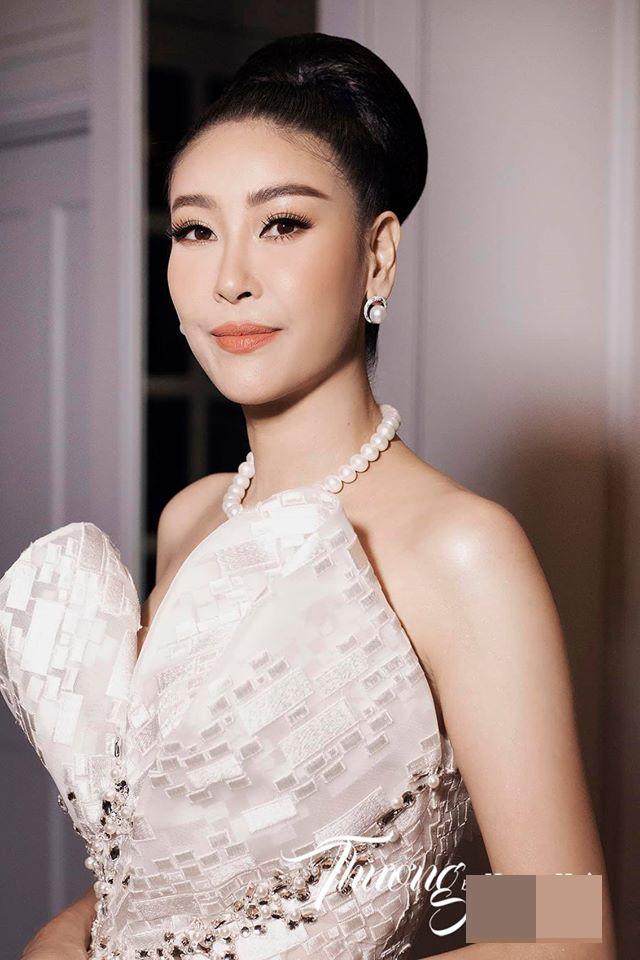 Võ Hoàng Yến mặc váy xẻ ngực gợi cảm, H'hen Niê khoe lưng trần với da nâu quyến rũ ảnh 8