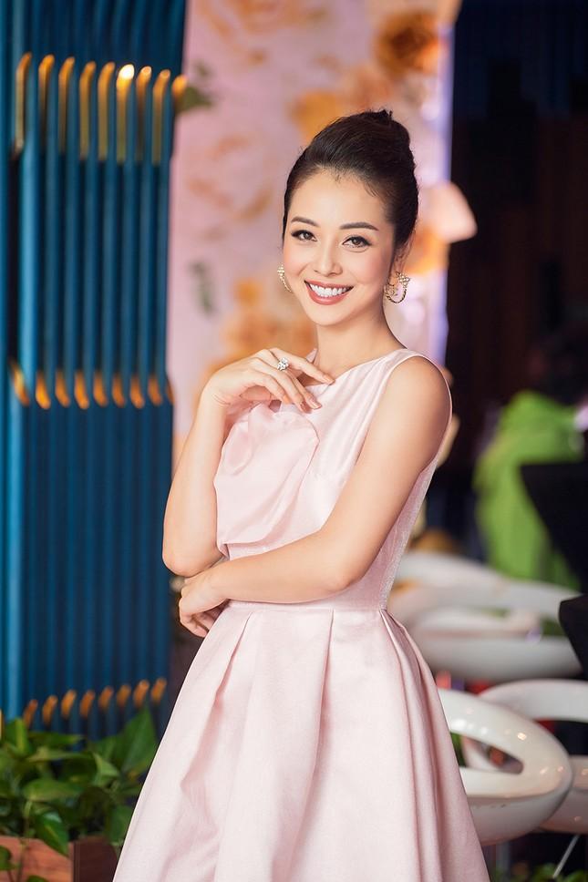 Jennifer Phạm tăng 4kg vẫn xinh đẹp rạng rỡ với đầm hồng công chúa khi làm MC ảnh 2
