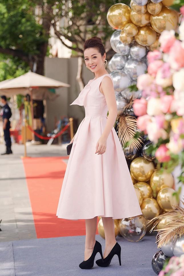 Jennifer Phạm tăng 4kg vẫn xinh đẹp rạng rỡ với đầm hồng công chúa khi làm MC ảnh 1