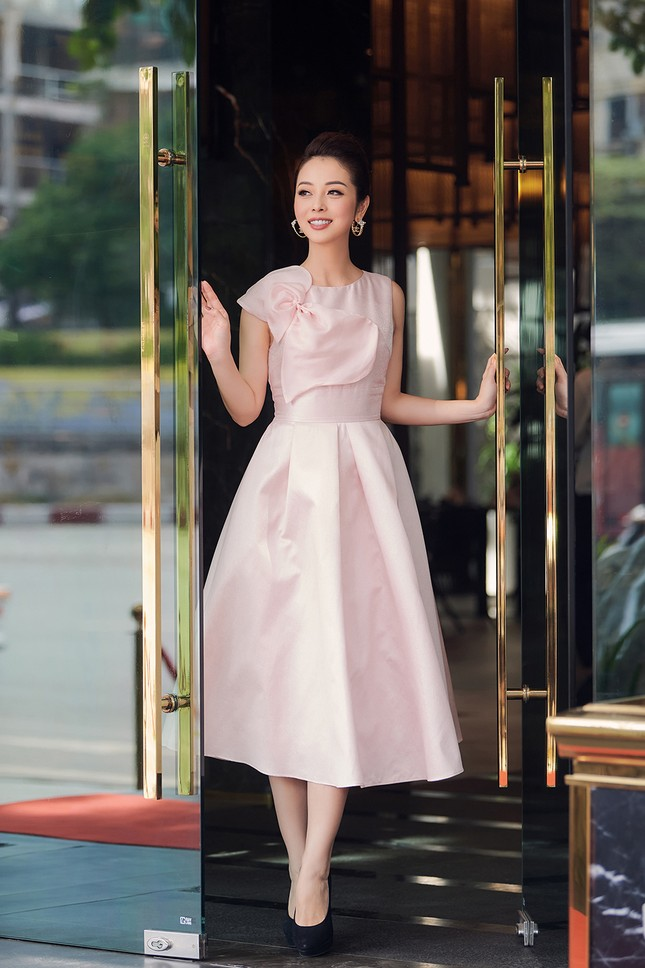 Jennifer Phạm tăng 4kg vẫn xinh đẹp rạng rỡ với đầm hồng công chúa khi làm MC ảnh 4